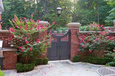 La romani, poarta este primul contact pe care un strain il are cu o proprietate pe cale sa o viziteze. Din perspectiva populara, ea este primul indiciu despre cat de gospodar este cel care administreaza