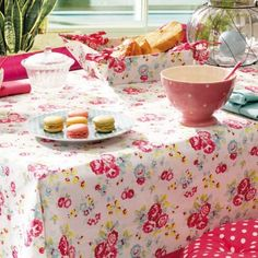 Tablecloth and Matching Fabric Basket with Ties | 25 Best Summer Tablecloth Ideas For A Meal Outdoors | Shelterness