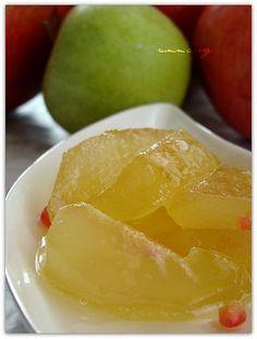 Elma reçeli sevdiğim reçellerden birisi.Elma kış meyvelerinin en güzelidir bana göre..Kırmızısı, yeşili ,sarısı ,ekşisi ,tatlısı, mayhoşu, Amasyası goldeni demirFaydaları saymakla bitmez vitamin deposu A sı B si C si…En güzeli kabuklarıyla beraber çiğ tüketmek muhakkak , bunun yanısıra tariflerimizinde baştacı elma…Elmalı kurabiye , elmalı crumble , elmalı kek derken sıra geldi elma reçeline..( elma şekerinide …