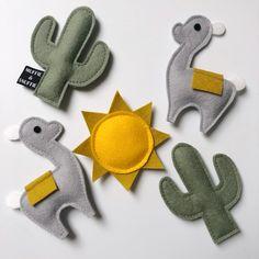 Baby Crafts, Felt Crafts, Fabric Crafts, Sewing Toys, Sewing Crafts, Sewing Projects, Sewing Stuffed Animals, Mini Craft, Felt Garland