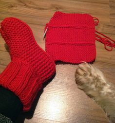 Arkimamman Arkiralli: Varsitossukat ja nenäpäivä Knitted Slippers, Knitting Socks, Knit Socks, Knit Crochet, Gloves, Pattern, Baby, Fashion, Scarf Vest