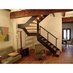 Escalier   2/4 tournant, limon métal et marches bois