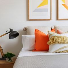 Orange has never looked better! A stunning example of how to add a pop of citrus in the bedroom 💙 Eadie