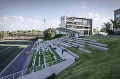 Construído pelo Arkylab,Mauricio Ruiz na Aguascalientes, Mexico na data 2012. Imagens do Oscar Hernandez. Em uma topografia acidentada, na parte mais alta da cidade, foi projetado o estádio de futebol e futebol americano pa...