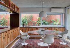 Na sala de jantar decorada pelo arquiteto Nelson Kabarite, mesa e cadeiras de jacarandá originais dos anos 1950. Comprado em antiquário, lustre de bronze com cristais. Apartamento do empresário André Almada