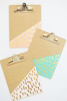 Get ready to go back to school with these DIY gold leaf brushed clipboards. Take notes in style and personalize each clipboard by subject to stay organized. Try this DIY project with your friends! Gold Diy, Diy Décoration, Easy Diy, Simple Diy, Crafts For Teens, Diy And Crafts, School Suplies, Cute School Supplies, Play Kitchens
