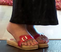 new red straps Clogs, Dr Scholls Sandals, Cute Slippers, Wooden Sandals, Nylons Heels, Sexy Sandals, Outdoor Wear, Sexy Toes, Walk On