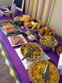 Brunch table ideas. Quiches, smoked salmon, bagel bar. Mimosa Brunch, Brunch Bar, Brunch Buffet, Brunch Dishes, Christmas Brunch, Christmas Breakfast, Easy Brunch Recipes, Brunch Ideas, Brunch Table Setting