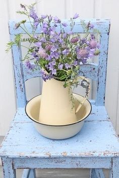 Ahhh so shabby chic.pale purple flowers on a blue chippy chair with a vintage enamelware pitcher and bowl. So Sweet! Casas Shabby Chic, Vintage Shabby Chic, Shabby Chic Homes, Shabby Chic Style, Shabby Chic Decor, Vintage Floral, Vintage Beauty, Purple Flowers, Beautiful Flowers