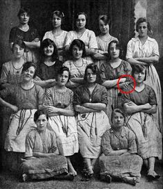 Spot the Ghost in This Old Photo From 1900 - Paranormal Photos Haunting Photos, Creepy Pictures, Old Pictures, Old Photos, Images Terrifiantes, Photo Images, Des Photos Saisissantes, Ghost Sightings, Supernatural