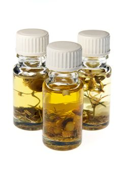 Ölauszüge selber machen Making oil extracts yourself is very easy. They are ideal for use in natural soaps and creams. Clover Oil, Herbal Essences, Oil Shop, Infused Oils, Healing Herbs, Body Treatments, Soap Recipes, Natural Cosmetics, Natural Living