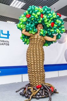 Bd Balloon Tree, Balloon Pictures, Globe Art, Crazy Outfits, Balloon Animals, Fantasy Dress, Balloon Decorations, Wigs, Fashion Show