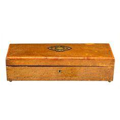 CAJA GUANTERA NAPOLEÓN III En madera de raiz con incrustaciones de latón en medallón en la tapa.Interior forrado en capitoné de raso azul celeste.Medidas: 32 x 10,5 x 8 cm.