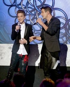 """Joey McIntyre Photos Photos - Finalist Daniel Seavey (L) and singer/songwriter Joey McIntyre of NKOTB perform onstage during """"American Idol"""" XIV Grand Finale at Dolby Theatre on May 13, 2015 in Hollywood, California. - 'American Idol' XIV Grand Finale - Show"""