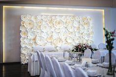 Sciana dekoracyjna z kwiatow papierowych