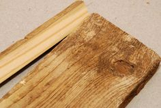 Ako zosvetliť staré drevo? Savo ho zmení na nepoznanie. » Prakticky.sk Butcher Block Cutting Board, Bamboo Cutting Board, Wood, Crafts, Manualidades, Woodwind Instrument, Timber Wood, Trees, Handmade Crafts
