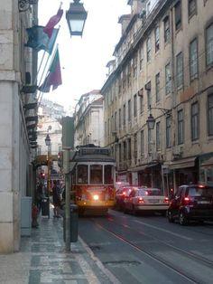 Job 4 : Découverte des métiers de la Fnac - Tolotra au Portugal, avec les jolis trams authentiques #Waytowork #adecco2013 http://adecco.fr