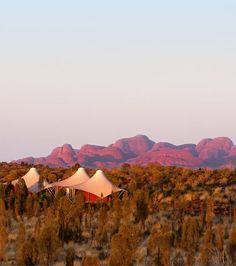 Im Hotel Longitude 131° schläft man zwar in Zelten, diese sind aber Luxus pur! Jedes Zelt hat sein eigenes Thema und ist jeweils einem australischen Pionier gewidmet. In der Umgebung kann man ausgiebig wandern – und den Sonnenuntergang über dem Ayers Rock genießen.