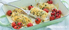 Vis uit de oven met een knapperig korstje en zoete geroosterde tomaatjes