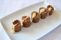 Acesti melcisori cu scortisoara reprezinta o gustare perfecta sau pot constitui parte a unui mic dejun echilibrat. Fulgii de ovaz ajuta la eliberarea constanta a energiei, iar scortisoara ajuta la o mai buna metabolizarea a energiei. Ingrediente pentru melcisori raw cu scortisoara:  100 g fulgi de ovaz macinati 120 g migdale hidratate timp de 8 ore 20 g seminte... Raw Desserts, Healthy Desserts, Raw Food Recipes, Cooking Recipes, Raw Vegan, Vegan Vegetarian, Vegetarian Recipes, Mini Rolls, Cinnamon