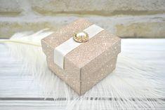 Arany színű dobozka - Tökéletes esküvői meghívók Decorative Boxes, Gift Wrapping, Gifts, Gift Wrapping Paper, Presents, Wrapping Gifts, Favors, Gift Packaging, Decorative Storage Boxes