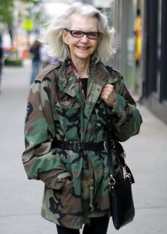 Since Ari Seth Cohen has been photographing some of the most stylish women on the streets of New York City. Some look fierce and polished. Others have an effortlessly cool vibe. Hipster Grunge, Grunge Goth, Trends 2018, Street Style Vintage, Beautiful Old Woman, Over The Top, Advanced Style, Aged To Perfection, Ageless Beauty