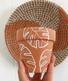 Diy Home Crafts, Crafts To Do, Clay Crafts, Arts And Crafts, Kids Crafts, Painted Plant Pots, Painted Flower Pots, Pottery Painting, Plant Decor