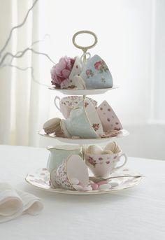 Teetassen mit Blumenmotiven