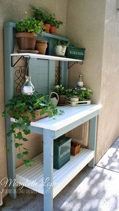 Beautiful Garden Potting Bench Plans + Ideas Are you sick of dirt inside your house during planting time? A potting bench is a great solution to that problem. Here are some inspiring potting bench ideas and potting bench plans so you can build…MoreMore Pallet Potting Bench, Potting Tables, Potting Station, Pot Jardin, Diy Bench, Bench Vise, Woodworking Bench, Woodworking Crafts, Garden Projects