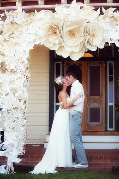 Weddbook ♥ See more about paper flowers wedding, large paper flowers and wedding arches. Large Paper Flowers, Paper Flowers Wedding, Giant Paper Flowers, Wedding Paper, Diy Wedding, Diy Flowers, Gold Wedding, Wedding Ideas, Ceremony Arch