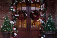 How to Decorate with Christmas Greenery - Christmas Lights, Etc Christmas Lights Etc, Front Door Christmas Decorations, Christmas Front Doors, Christmas Greenery, Christmas Swags, Xmas Lights, Decorating With Christmas Lights, Christmas Mantels, Porch Decorating