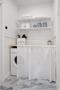 Ванная комната в серо-белых тонах с утонченным белоснежным прачечным…