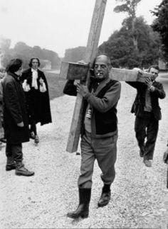 """Buñuel carrying a cross at the set of """"La Voie lactée"""" (1969)"""