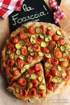 Focaccia integrale con pomodorini e zucchine al timo.
