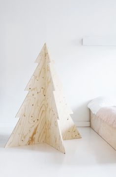 Christmas is getting closer and for you who live in a small house can still be celebrated with creative Christmas tree decoration Creative Christmas Trees, Wooden Christmas Trees, Noel Christmas, Xmas Tree, Winter Christmas, Christmas Crafts, Christmas Decorations, Wooden Tree, Christmas Tables