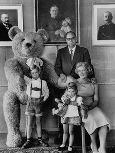 Otto Steiff and family, with Steiff bears