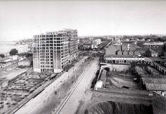 """Avenida Reina Victoria, con los edificios Titanic aún sin terminar, y cocheras de Cuatro Caminos; la solución al tunel me parece """"elegantísima""""; debe ser al principio de los años 20; atención al """"agujero"""" que hay al principio de la fotografia, en el lado derecho, al lado de las cocheras:"""