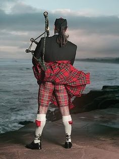 Scotsman with bagpipes wearing a fluttering tartan kilt or is that body paint? Outlander, Men In Kilts, Komplette Outfits, Raining Men, Moda Emo, Tartan Plaid, Sexy Body, Belle Photo, Models