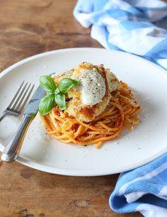Kip gewenteld in paneermeel en Parmezaanse kaas, gebakken en geserveerd met spaghetti en een heerlijke tomatensaus. Het recept daarvoor vind je hier // Francesca Kookt