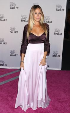 Matching the pink carpet, SJP looked radiant in a two-tone dark and pale pink Narciso Rodrigues dress, with her hair down at the New York City Ballet Fall Gala Older Women Fashion, Girl Fashion, Fashion Dresses, Style And Grace, Love Her Style, Red Carpet Dresses, Pink Carpet, Sarah Jessica Parker Lovely, Beautiful Dresses