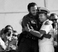 El líder cubano Fidel Castro y Yuri Gagarin en la tribuna de un acto en la Plaza de la Revolución de La Habana celebrado el 26 de julio de 1961. [Foto: Life (detalle)]