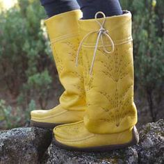 The tall Gatherer Mukluk brings innovation to a classic plains mukluk silhouette. The streamlined design, fleece-lined full grain leather shaft, and sheepskin-lined footbed make her extremely warm and very wearable. I Love Fashion, Fashion Shoes, Minimalist Shoes, Modern Minimalist, Barefoot Shoes, Winter Boots, Rain Boots, My Style, Leather