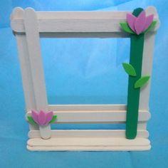 Porta retrato palitos de picolé Diy Popsicle Stick Crafts, Popsicle Sticks, Kids Crafts, Diy And Crafts, Stick Art, Pop Stick, Frame Crafts, Diy Frame, Folded Paper Flowers