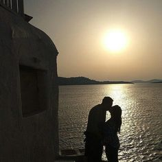 Afinal todo dia pode ser dia dos namorados! @passearsempre -  Happy Valentine's Day para todos aqueles casais que assim como nós vivem pelo mundo curtindo esse amor  . .  Uma das minhas fotos prediletas da vida! Em Mykonos naquele por do sol que vocês aqui já sabem que sou apaixonada  . . .  #TudoDeViagem #MelhoresDestinos #PapoDeViagem #Trippics #TravelBlog #DestinoImperdivel #InstaTravel #TravelGram #Wanderlust #MissãoVT #MissaoVT #ViagemETurismo #AquelaSuaViagem #ViajeNaViagem…