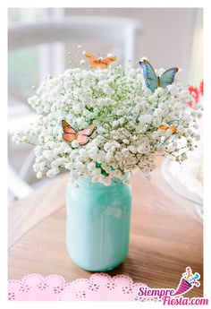mason jar, painted in light blue, filled with white flowers, small butterfly decorations, floral centerpieces theme ▷ 1001 + ideas for flower arrangements to decorate your home this spring Butterfly Birthday Party, Butterfly Baby Shower, Garden Birthday, Baby Shower Flowers, Spring Birthday Party Ideas, Butterfly Garden Party, Spring Party Themes, Fairy Birthday, Flowers For Birthday