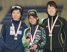 女子1500メートルで優勝し、笑顔を見せる高木菜那(中央)。左は2位の小平奈緒、右は3位の菊池彩花=24日、長野・エムウエーブ ▼24Oct2014時事通信 高木菜、女子1500制す=全日本距離別スケート開幕 http://www.jiji.com/jc/zc?k=201410/2014102400770 #Nao_Kodaira #Nana_Takagi #Ayaka_Kikuchi