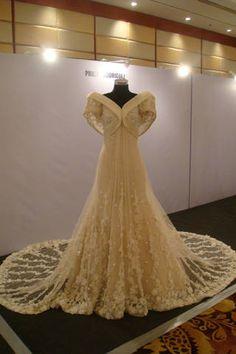 I think this is a gorgeous modern Filipiniana gown ♥ Modern Filipiniana Gown, Filipiniana Wedding Theme, Wedding Gowns, Grad Dresses, Bridal Dresses, Evening Dresses, Formal Dresses, Henna Designs, Classy Wedding Dress