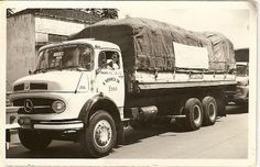 Mercedes Bens 1313 carroceria tipo tanque para o transporte de combustível. O curioso é que nessa época era permitido transportar outros tipos de carga sobre o tanque. Neste caso, a carga era de café.