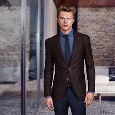ein brauner Blazer mit leichtem Rotstich ergibt in Kombination mit Blautönen einen innovativen Businesslook #Digel #Herrenmode #Business #Anzug