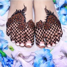 In this collection of latest mehndi designs we have picked the new designs of Mehndi so that you don't get the old fashioned Mehndi design from Salon. Mehandi Designs Images, Mehndi Designs Feet, Unique Mehndi Designs, Beautiful Mehndi Design, Mehndi Images, Bridal Mehndi Designs, Henna Tattoo Designs, Bridal Henna, Wedding Henna